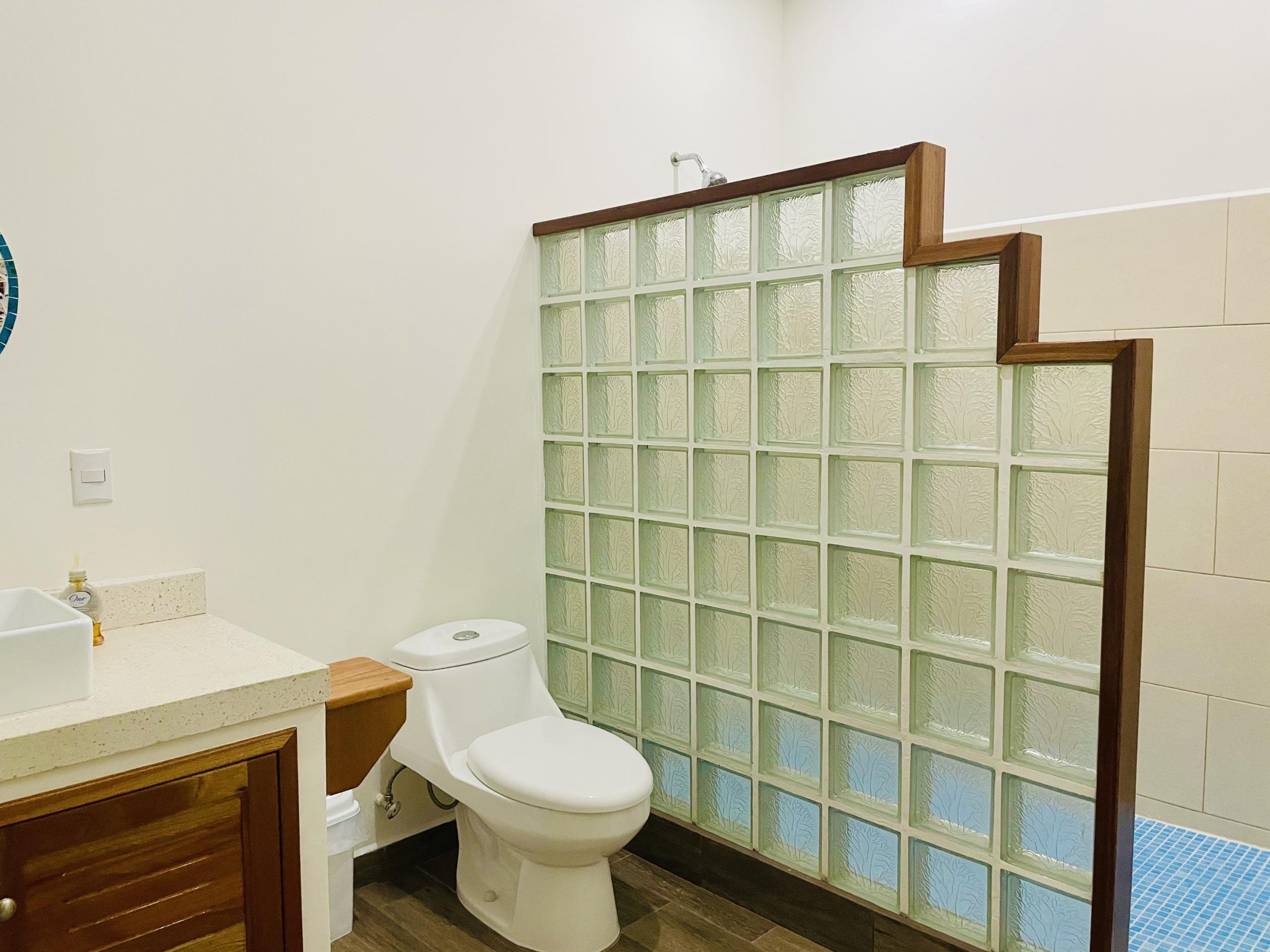 pelicano-dorado-bathroom-2