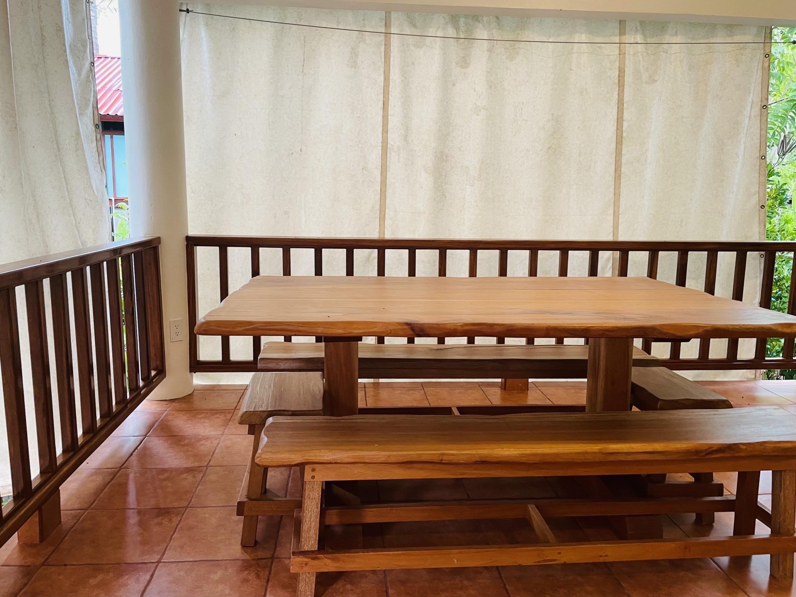 pelicano-dorado-upper-deck-table